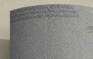 Bystřice nad Pernštejnem. Pamětní deska obětem komunismu