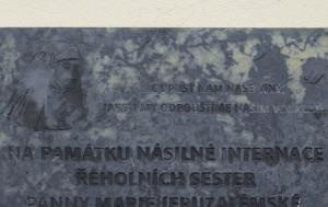 Hradec nad Moravicí. Pamětní deska internovaným řeholnicím