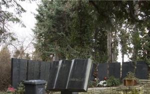 Praha 10. Pamětní deska Miladě Horákové na společném pohřebišti obětí druhého odboje