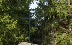 Kleť. Kříž a pamětní deska obětem násilí