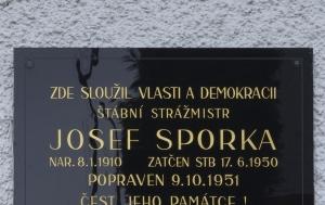 Horní Bříza. Pamětní deska Josefu Sporkovi