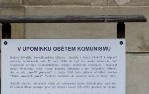 Svatý Jan pod Skalou. Pamětní deska obětem komunismu