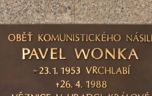 Hradec Králové. Pamětní deska Pavlu Wonkovi