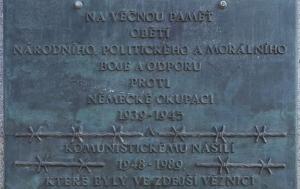 Hradec Králové. Pamětní deska politickým vězňům totalitních režimů