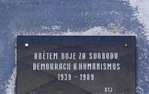Hradec Králové. Pamětní deska obětem boje za svobodu, demokracii a humanismus 1939–1989