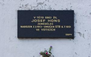 Křekovice. Pamětní deska Josefu Honsovi