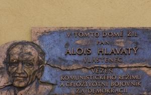 Hořice. Pamětní deska Aloisi Hlavatému