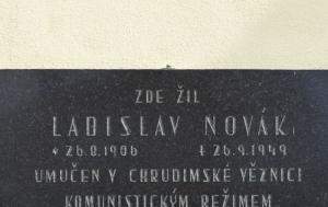 Luže. Pamětní deska Ladislavu Novákovi