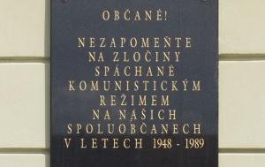 Terezín. Pamětní deska obětem komunismu