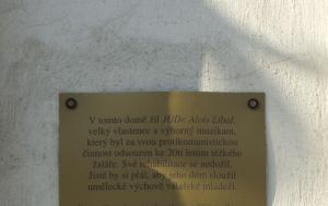 Valašské Klobouky. Pamětní deska Aloisi Líbalovi