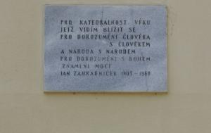 """Brno. Pomník """"Znamení"""". Pamětní desky Janu Zahradníčkovi a obětem nesvobody"""