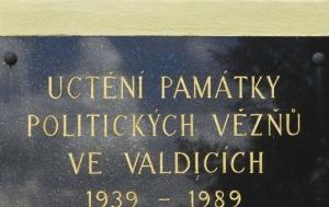 Valdice. Pamětní deska politickým vězňům 1939–1989