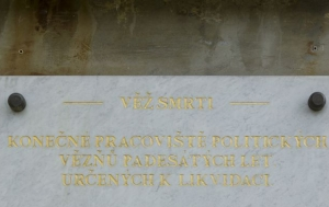 """Ostrov-Vykmanov. Pamětní deska na """"věži smrti"""""""