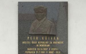 Kobylí. Pamětní deska Petru Křivkovi