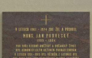 Letonice. Pamětní deska Janu Podveskému
