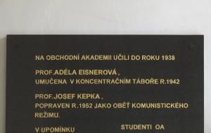 Teplice. Pamětní deska Adéle Eisnerové a Josefu Kepkovi