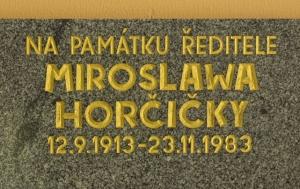 Šumperk. Pamětní deska Miroslawu Horčičkovi a učitelům postiženým z politických důvodů v letech 1948–1989