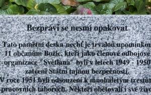 Božice. Pamětní deska členům odbojové organizace Světlana