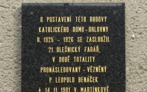 Olešnice. Pamětní deska Leopoldu Benáčkovi