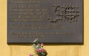 Praha 9. Pamětní deska Miladě Horákové a řádovým kněžím