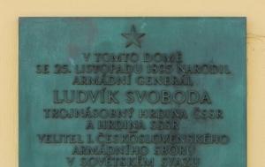 Hroznatín. Pamětní deska Ludvíku Svobodovi