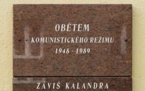 Frenštát pod Radhoštěm. Pamětní desky obětem komunismu a Záviši Kalandrovi