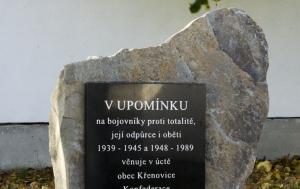 Křenovice.  Pamětní deska bojovníkům proti nesvobodě, odpůrcům a obětem totalitních režimů 1939–1945 a 1948–1989