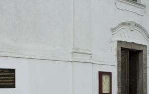 Mladá Vožice. Pamětní deska internovaným biskupům v Radvanově