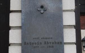 Praha 10. Pamětní deska Antonínu Abrahamovi