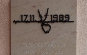 Červený Kostelec. Pamětní deska 17. listopadu 1989