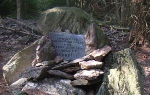 Zadní Chalupy. Pomník ozbrojeného střetu na hranicích