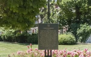 Kladno. Pamětní deska upomínající Pomník padlým vojínům a legionářům se sochou TGM
