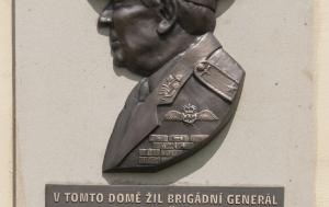Dobruška. Pamětní deska Miroslavu Štanderovi
