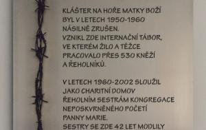 Králíky. Pamětní deska internovaným řeholníkům a řeholnicím