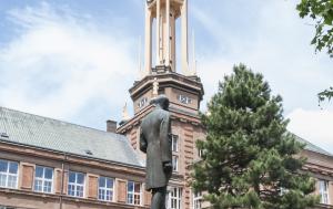Kolín. Pamětní deska u sochy TGM