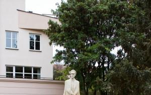 Jihlava. Pamětní deska u pomníku TGM
