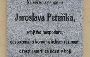 Ostřetice. Pamětní deska Jaroslavu Peteříkovi