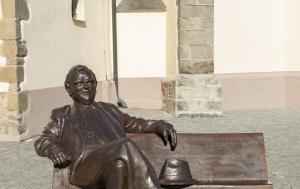 Náchod. Lavička se sochou Josefa Škvoreckého