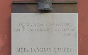 Třebenice. Pamětní deska Ladislavu Kubíčkovi