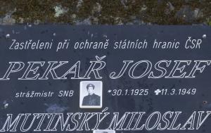 České Žleby. Pomník Miloslavu Mutinskému a Josefu Pekařovi