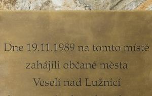 Veselí nad Lužnicí. Pamětní deska k 25. výročí Listopadu 1989