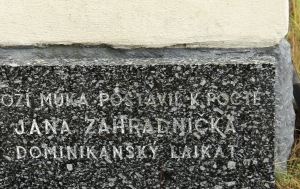 Vlčatín. Pamětní deska Jana Zahradníčka a Boží muka
