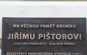 Pardubice. Pamětní deska Jiřímu Pištorovi
