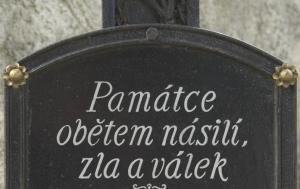 Boršov nad Vltavou. Kříž obětem násilí