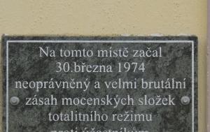 České Budějovice-Rudolfov. Pamětní deska upomínající na rozehnání undergroundového koncertu