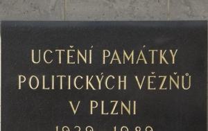 Plzeň. Pamětní deska politickým vězňům 1939–1989