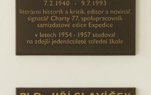 Vimperk. Pamětní deska Jiřímu Slavíčkovi