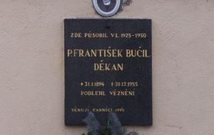 Sedlčany. Pamětní deska Františku Bučilovi