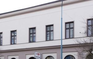 Hronov. Pamětní deska Egonu Hostovskému