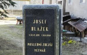 Leština u Světlé-Vrbice. Pamětní desky Josefu Blažkovi a Františku Blažkovi